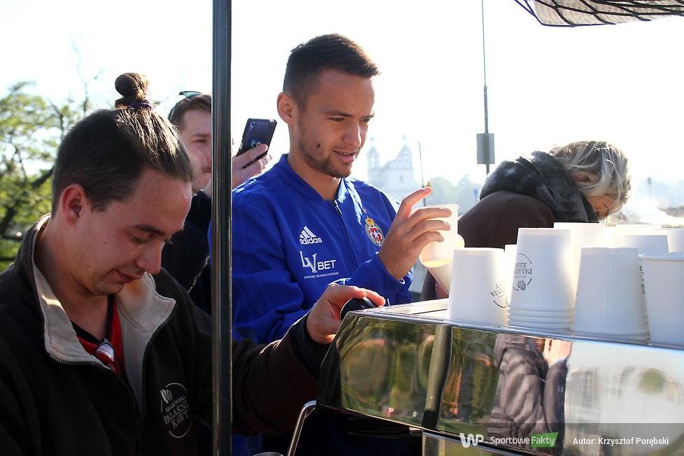 Piłkarze Wisły Kraków poczęstowali fanów kawą (galeria)