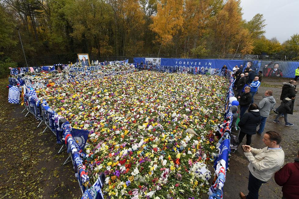 Przed meczem kibice zostawiali kwiaty, koszulki, szaliki i inne pamiąt...