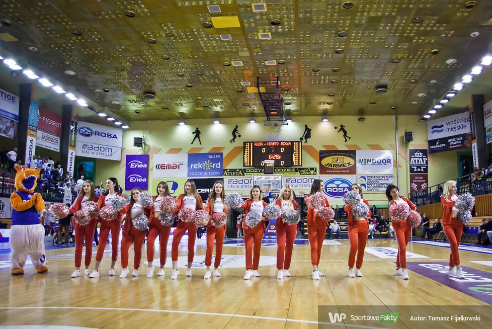 Świąteczne Cheerleaders Radom podczas meczu Rosa Radom - Miasto Szkła Krosno (galeria)