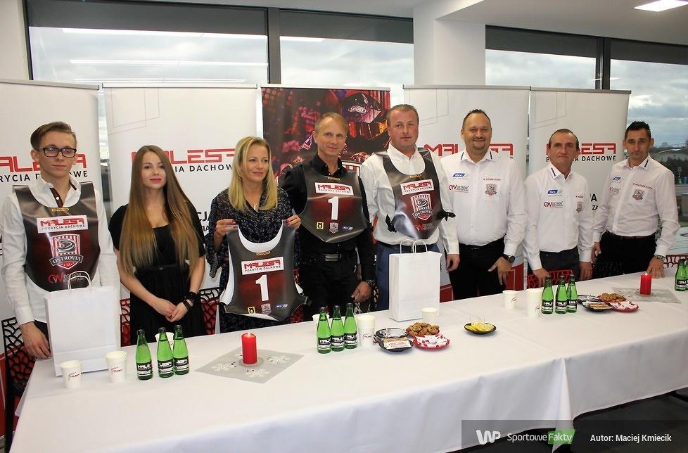 Rodzina państwa Malesów wraz z przedstawicielami TŻ Ostrovia....