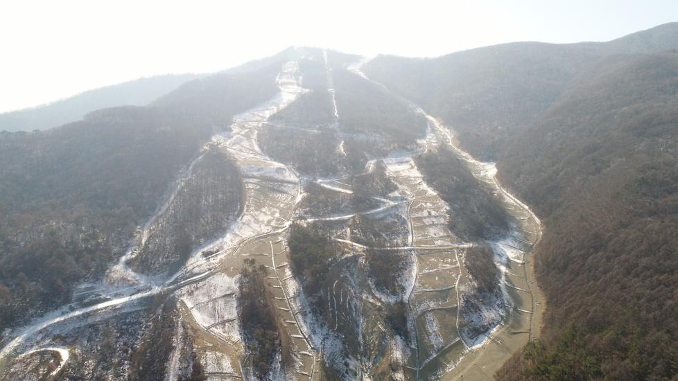 Pjongczang rok po igrzyskach olimpijskich. W oczy rzuca się brak śniegu (galeria)