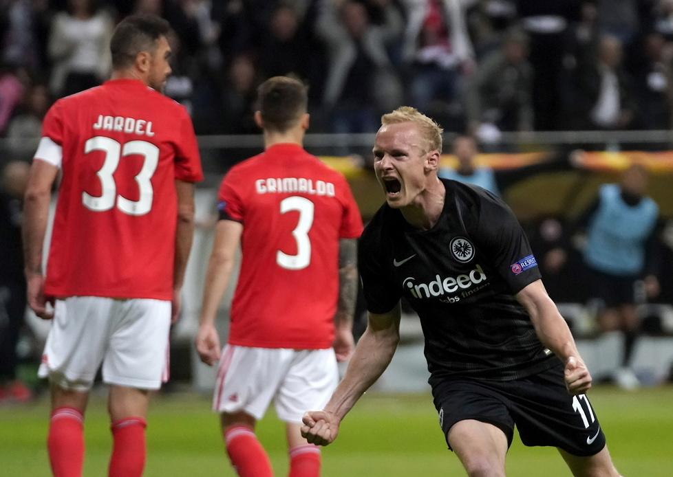 Liga Europy 2019. Szalone sceny po awansie Eintrachtu Frankfurt. Kibice przewrócili bandy reklamowe (galeria)