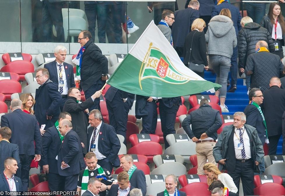 Prezes TVP, Jacek Kurski, wymachujący wielką flagą Lechii Gdańsk....