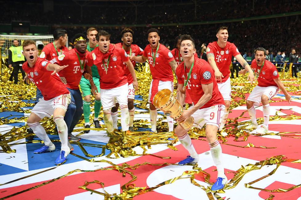 Puchar Niemiec. Co za radość Roberta Lewandowskiego i Bayernu! Selfie z pucharem musiało być (galeria)