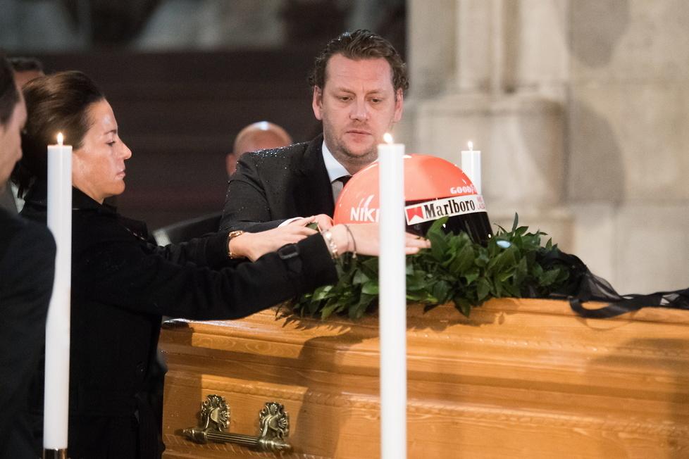 Syn Nikiego Laudy Lukas i wdowa po zmarłym Birgit Lauda umieszczają ka...
