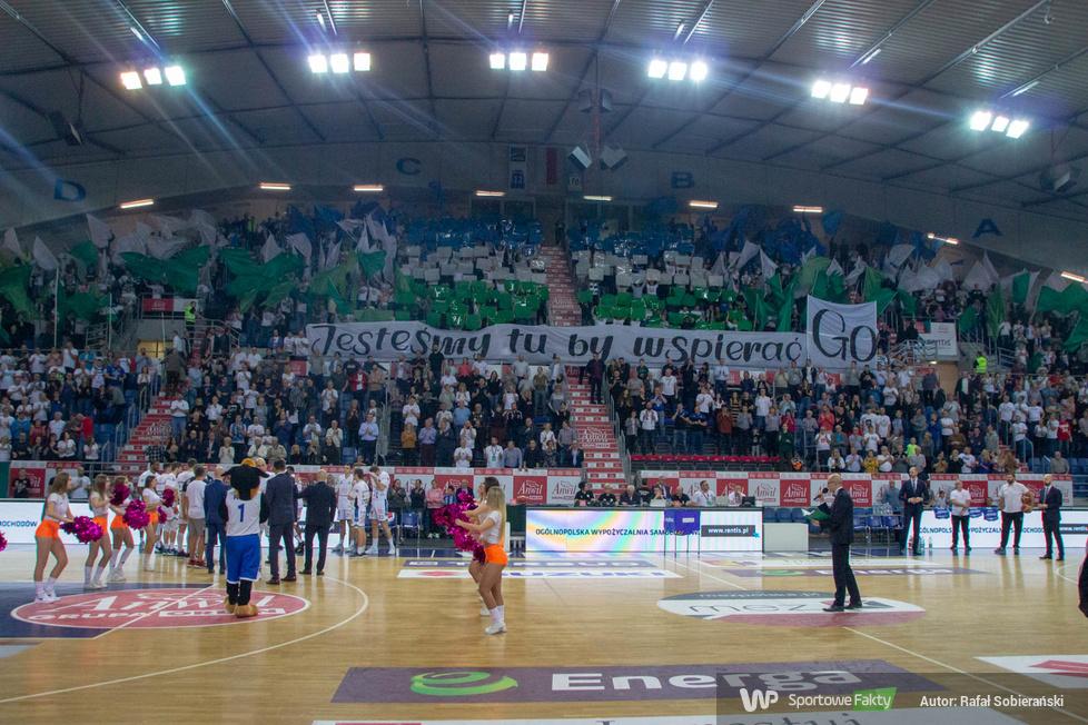 Kibice Anwilu Włocławek zaprezentowali oprawę przed rozpoczęciem meczu...