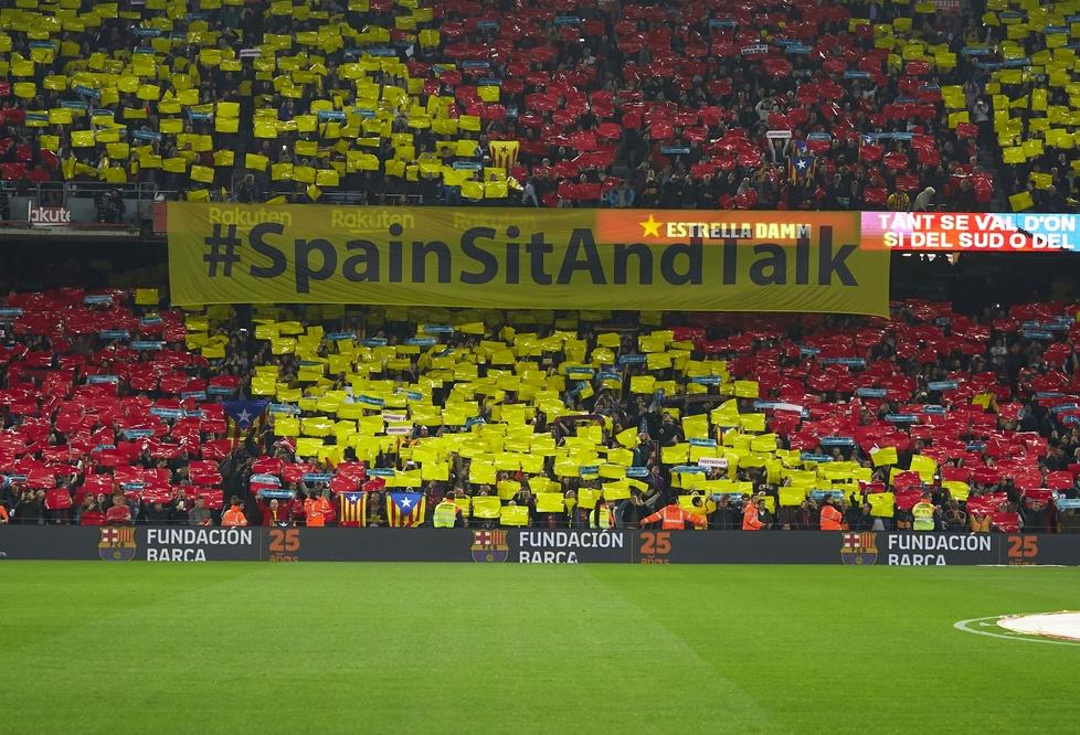 El Clasico. FC Barcelona - Real Madryt. Kibice przerwali mecz. Na murawę poleciały żółte piłki