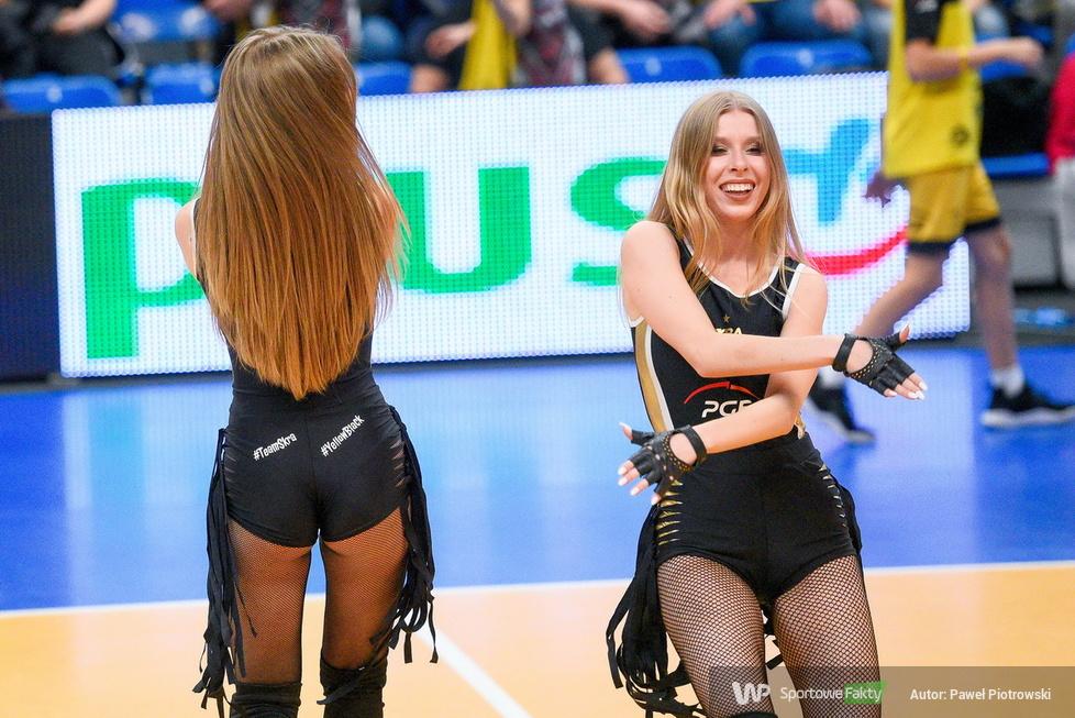 Puchar Polski w Siatkówce: Występ Cheerleaders Bełchatów podczas meczu Pucharu Polski w Bełchatowie (galeria)