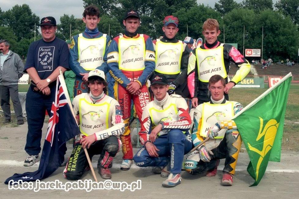 Stoją od lewej: opiekun drużyny, Brent Collyer, Brett Woodfield, Lucas...