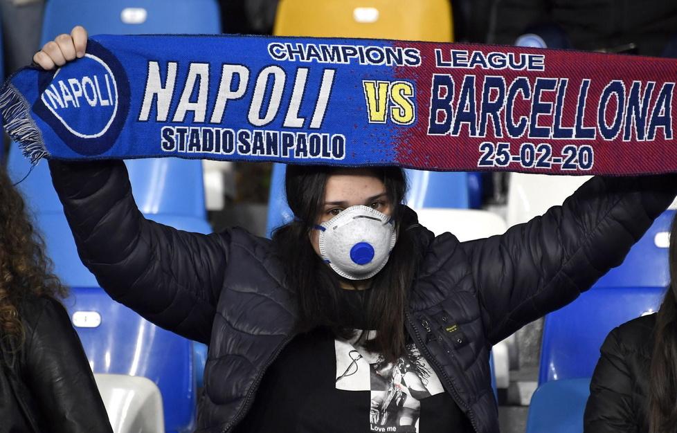 Liga Mistrzów. Napoli - Barcelona. Strach przed koronawirusem. Kibice założyli maseczki (galeria)