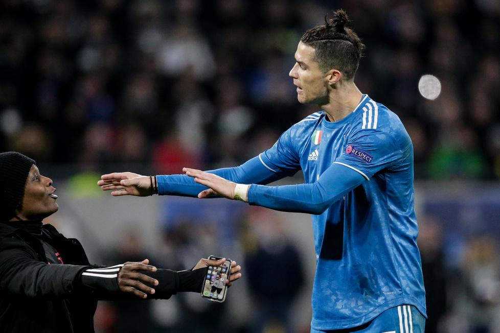 Liga Mistrzów. Kibic wbiegł na boisko i padł na kolana przed Cristiano Ronaldo. Gwiazdor Juventusu był wściekły