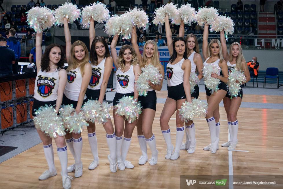 Kibice i cheerleaderki podczas meczu Polskiego Cukru Toruń z Astorią Bydgoszcz (galeria)
