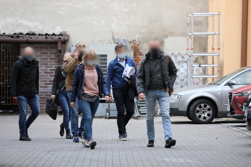 Cezary Kucharski doprowadzony do prokuratury. Są zdjęcia (galeria)