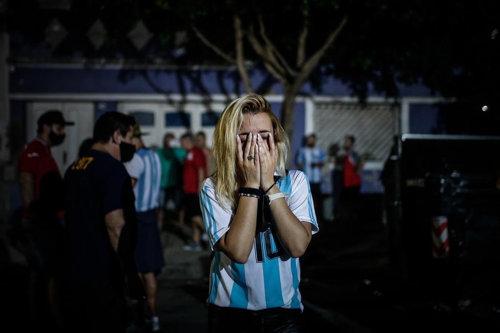 Kibice przy stadionie pierwszego klubu Diego Maradony - Club Argentino...