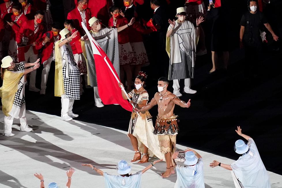Chorąży reprezentacji Tonga - Malia Paseka oraz Pita Taufatofua. Fot. ...