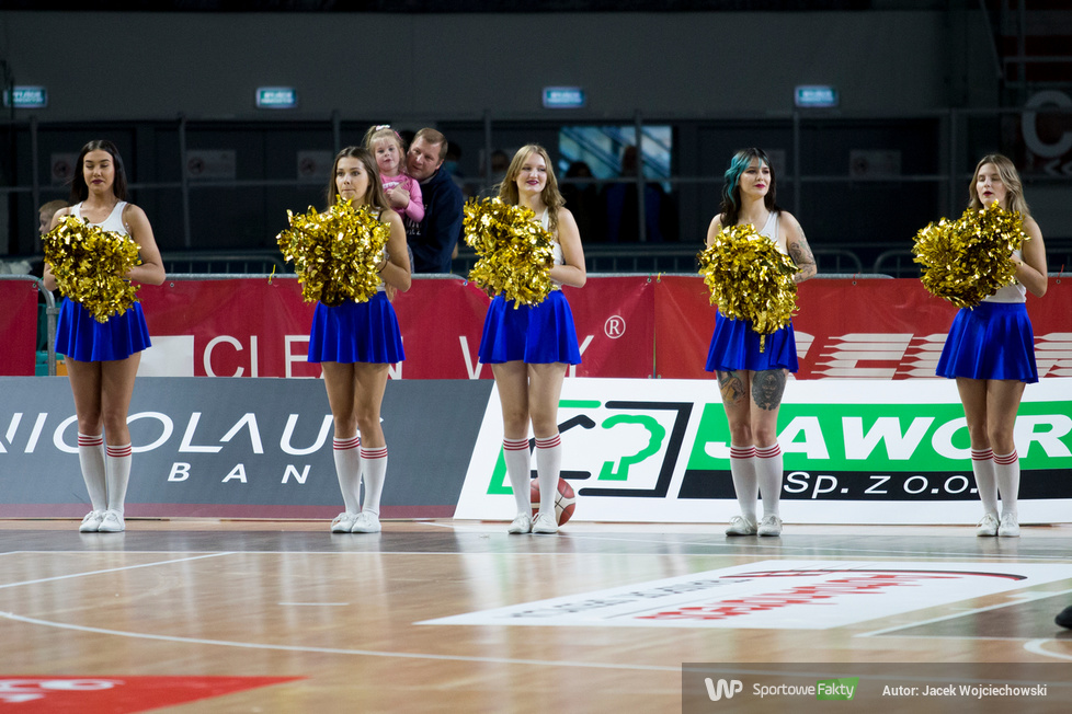 Cheerleaders Toruń i kibice na meczu Twarde Pierniki Toruń - GTK Gliwice (galeria)