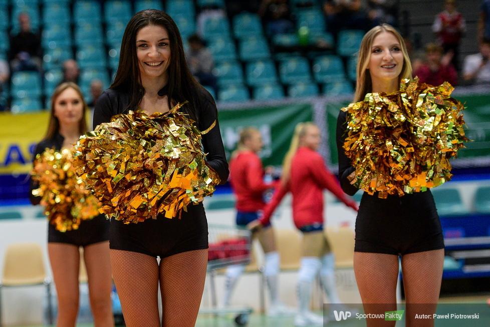 Występ zespołu Glow Cheerleaders w meczu Volley Wrocław z Grotem Budowlani Łódź (galeria)